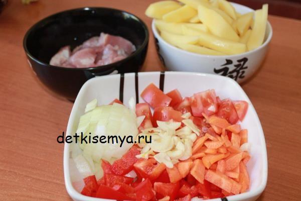kartofel-tushenyj-so-svininoj-v-multivarke
