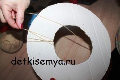 novogodnij-venok-iz-sherstyanyx-nitok