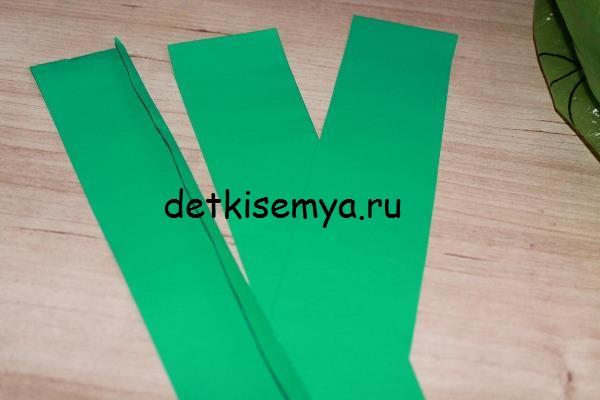 Для начала мы берем лист гофрированного картона, понравившегося вам цвета, и складываем его пополам.