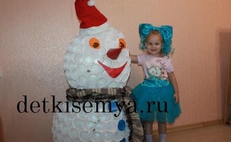 snegovik-iz-plastikovyx-stakanchikov