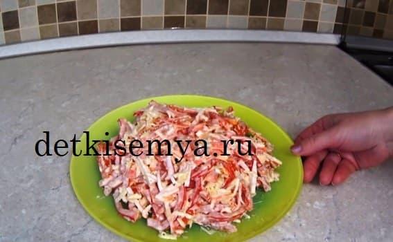 салат с крабовыми палочками помидорами рецепт