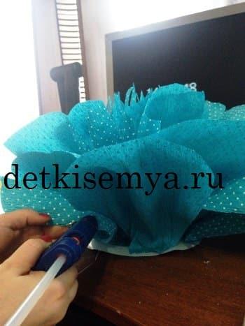 Как сделать огромный цветок из гофрированной бумаги фото 379