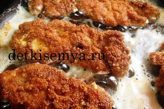 стейк рыбы на сковороде в кляре