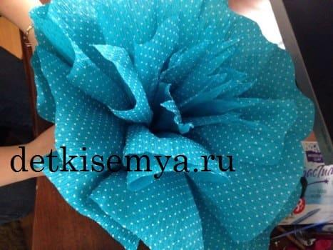 большой цветок из гофрированной бумаги на платье