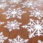 как вырезать снежинки на окна